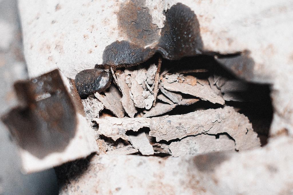 Пласты ржавого металла внутри подрамника