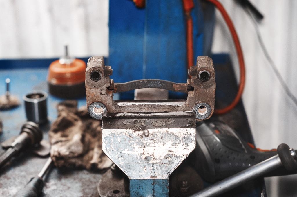 Вычищаем грязь и старую смазку из скобы