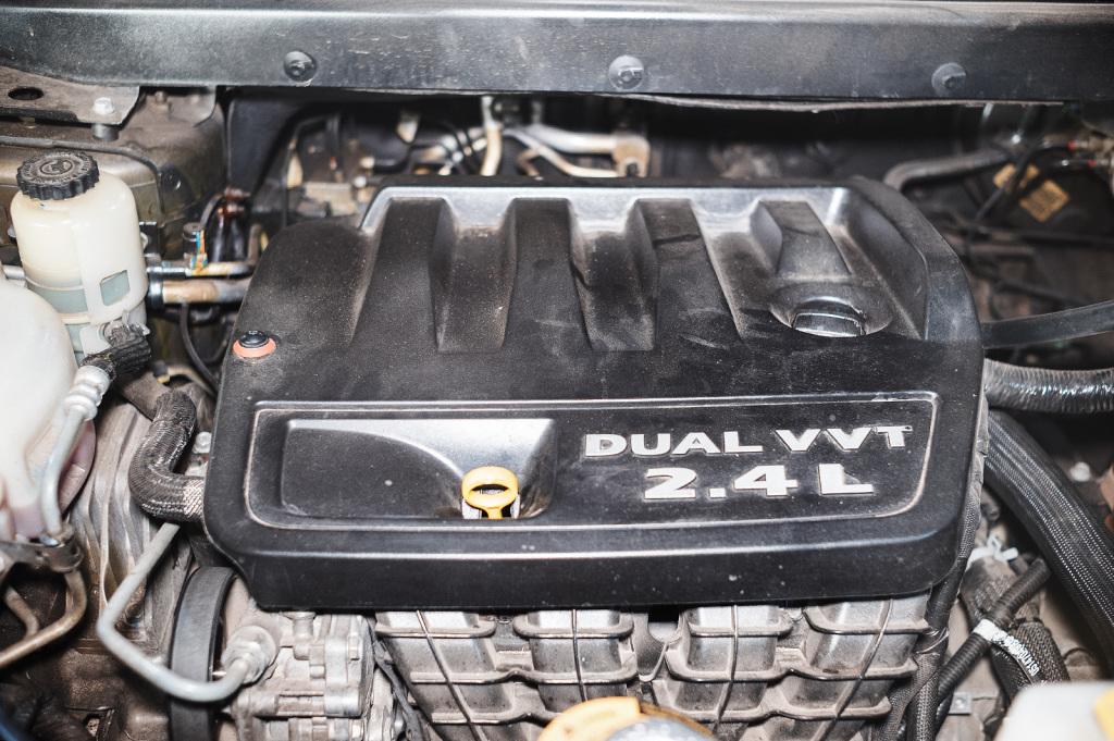 Специальный болт для крепления декоративной крышки двигателя