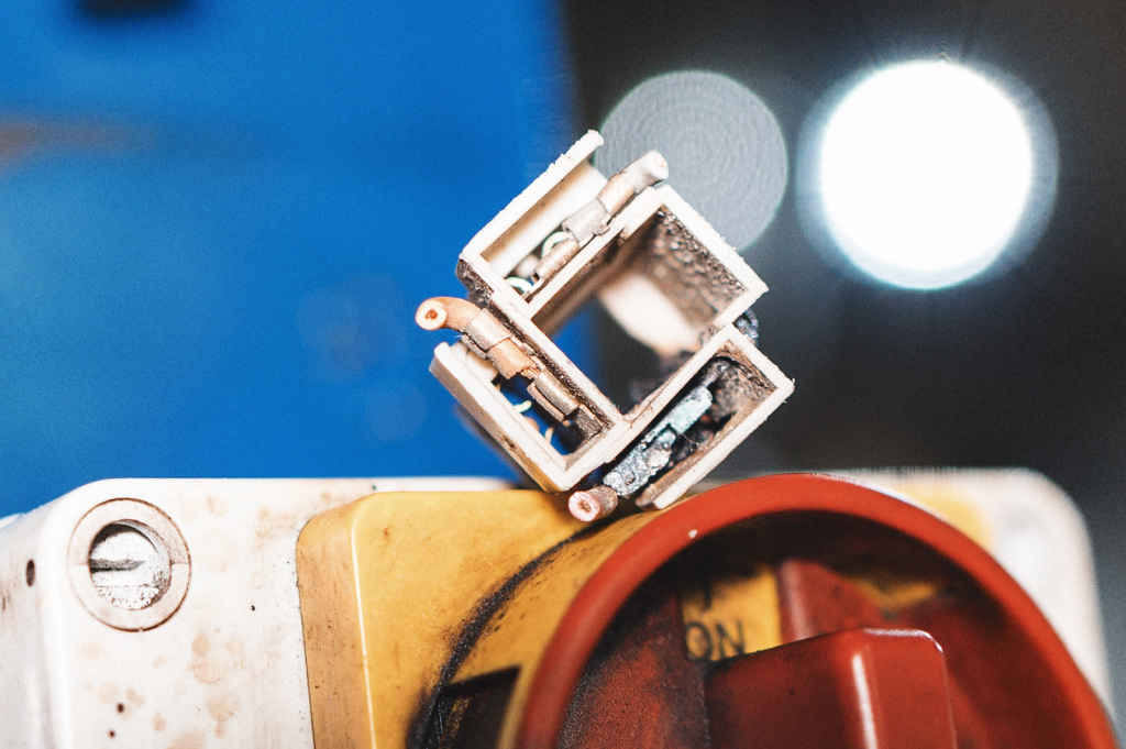 Коррозия проводов разъёма лампы H4