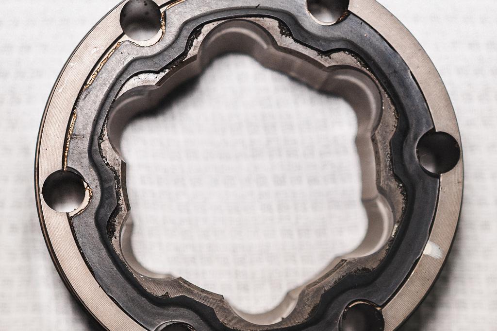 Наплывы резины на корпусе предотвращают выдавливание смазки