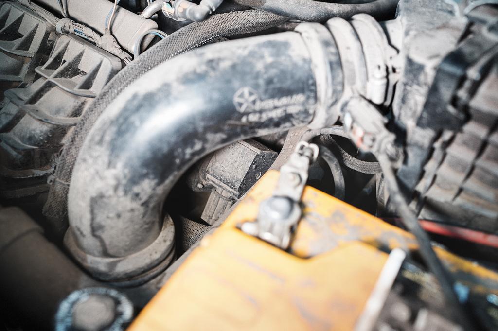 Впускной коллектор Додж Калибр, вид на мотор заслонки