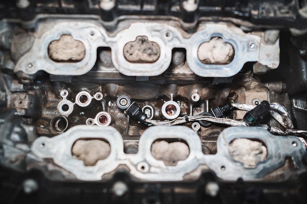 Отмываем развал двигателя от масла и грязи