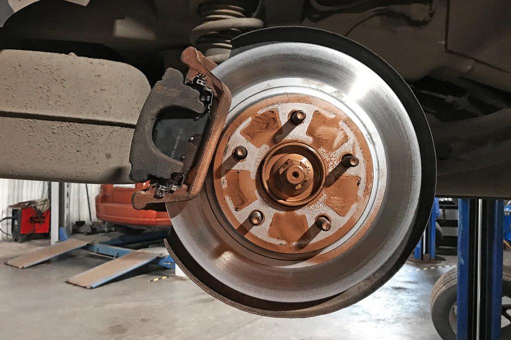 Обработка медью поверхности тормозного диска, прилегающей к колёсному