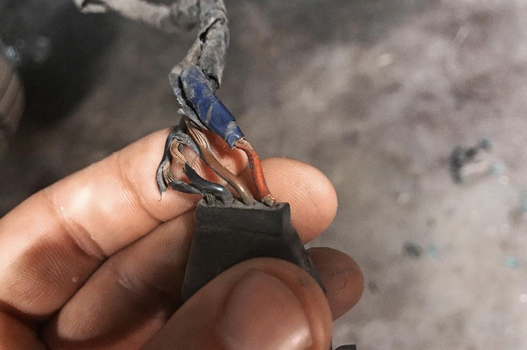 Шесть повреждений на четыре сантиметра проводов