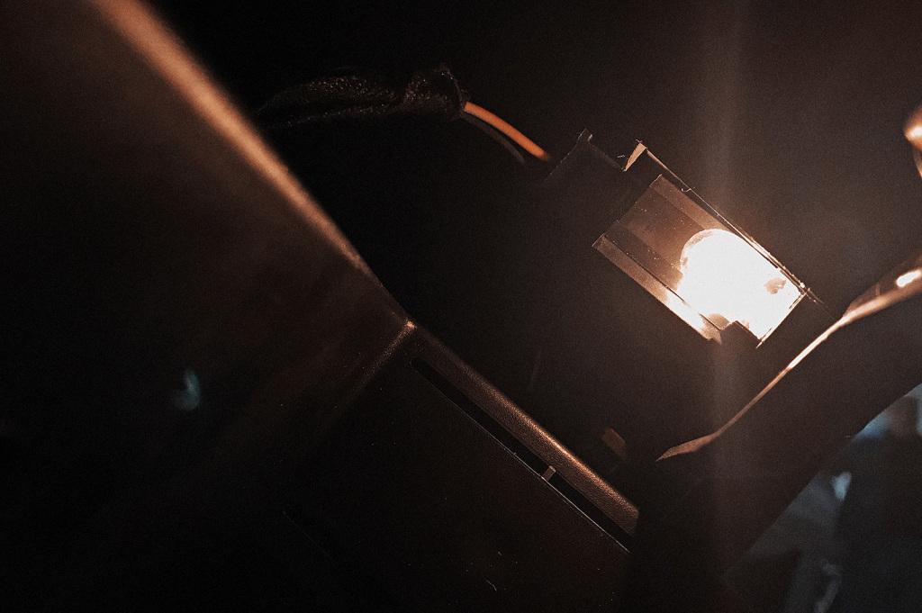 Тепло от лампочки нагревает пластиковый корпус концевика