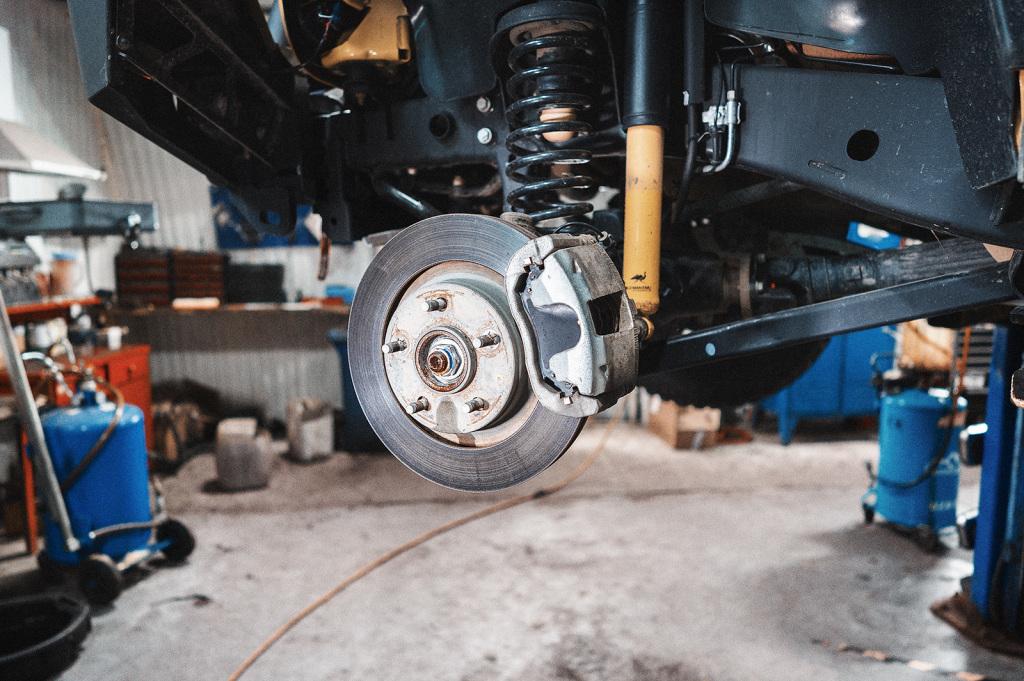 Снимаем колёса чтобы добраться к гайкам полуосей