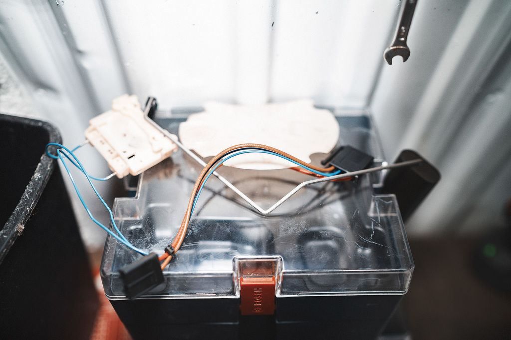 Снимаем питание и датчик уровня топлива