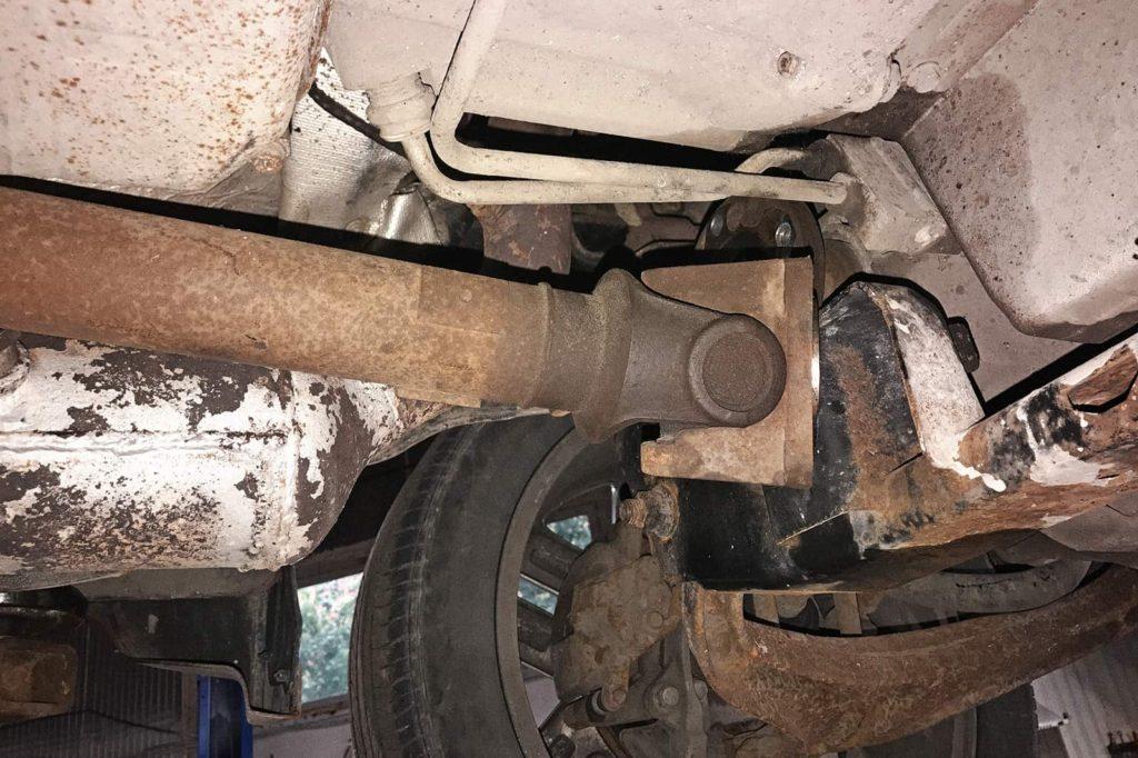 Откручиваем передний кардан от редуктора