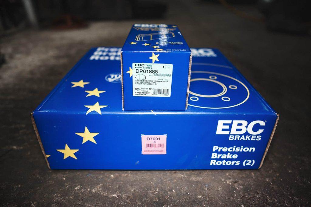 Комплект дисков и колодок для передней оси EBC