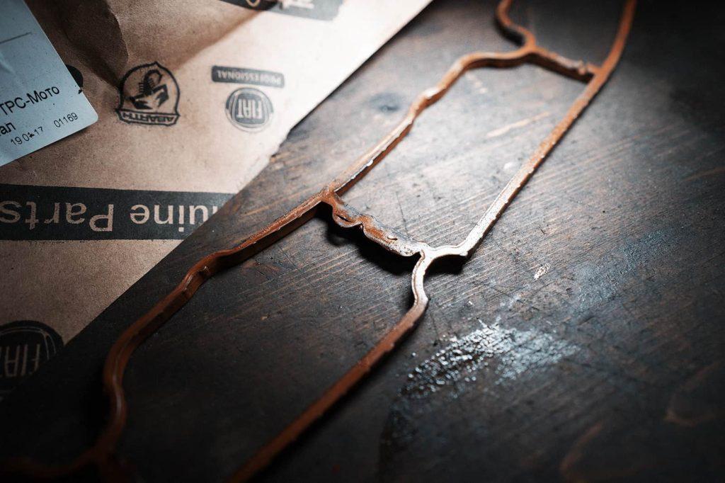 Съеденная маслом прокладка впускного коллектора Додж Джорни