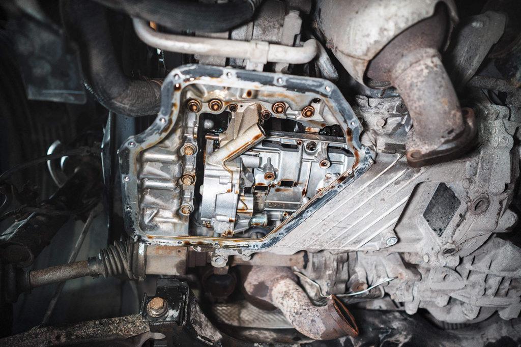 Снимаем нижний поддон двигателя