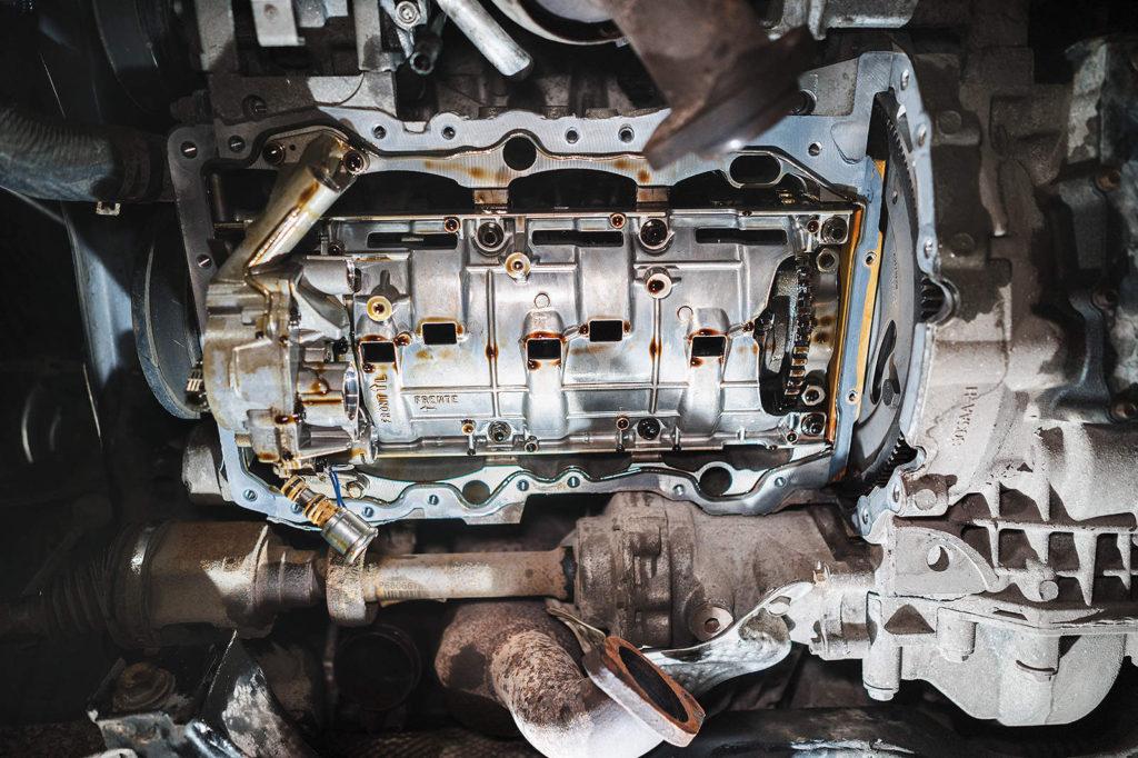 Снимаем верхний поддон двигателя