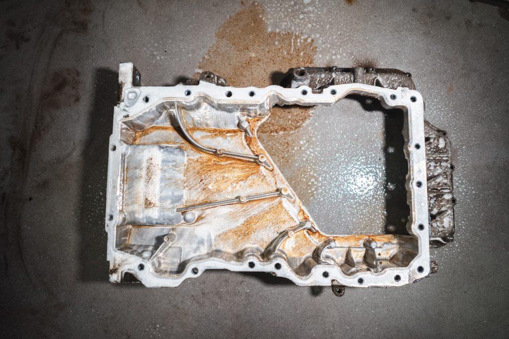 Заливаем очистителем верхний поддон двигателя