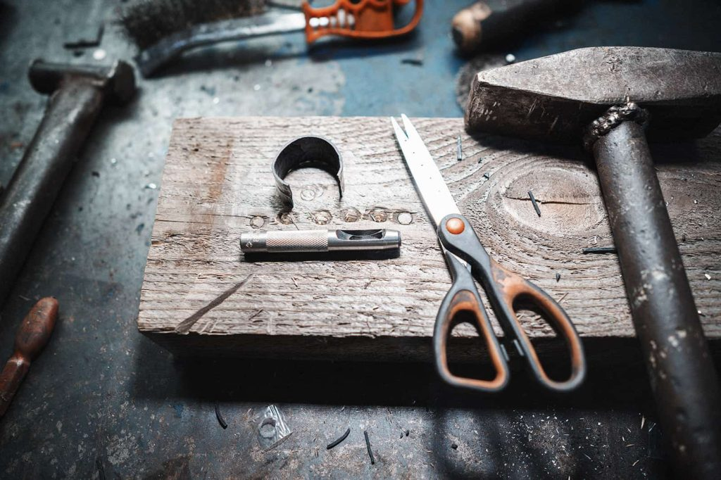 Ножницы, пробойник и сырая резина