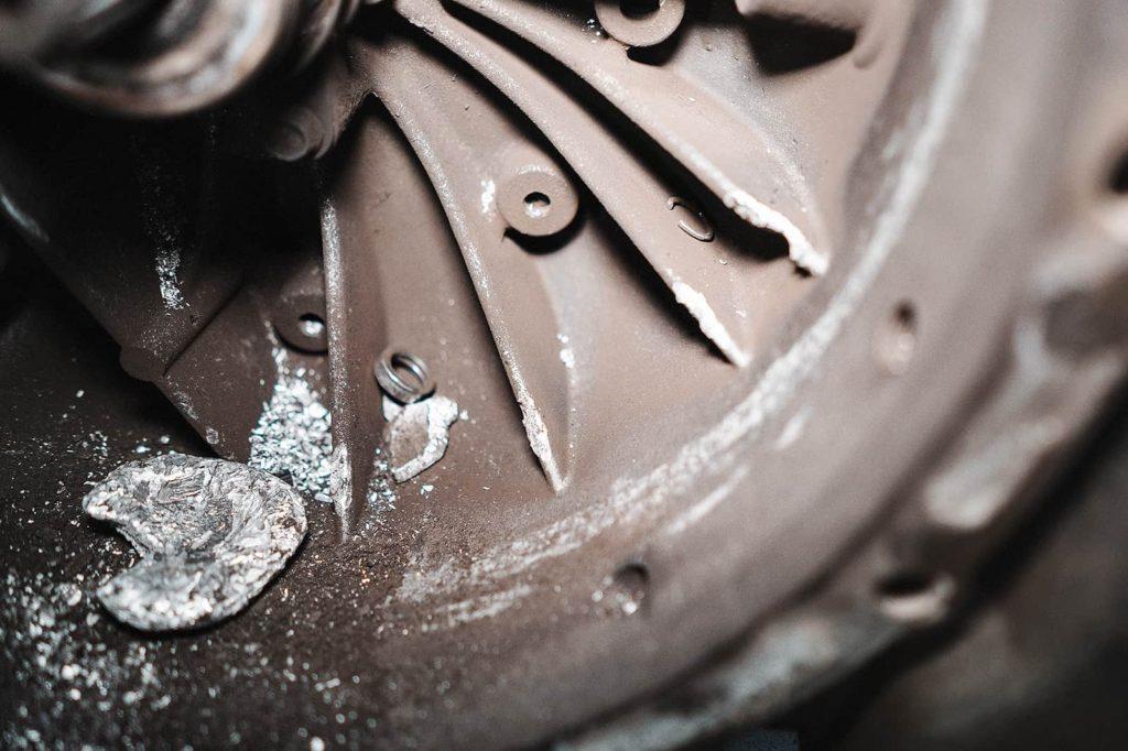 Внутри корпуса на каждом углу стружка и остатки рабочих элементов