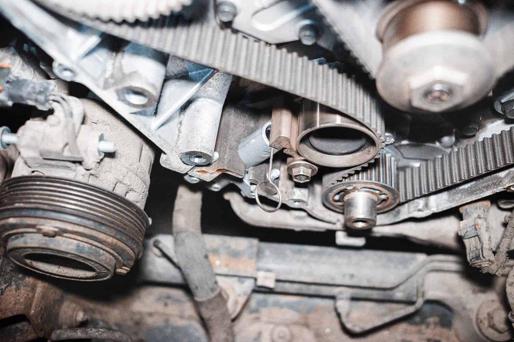 В крышке двигателя есть прорезь для чеки натяжителя