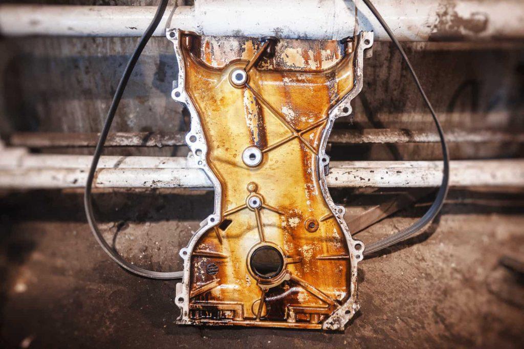 Лаковые отложения на передней крышке двигателя