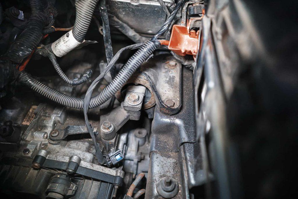 Откручиваем левую опору двигателя Додж Джорни