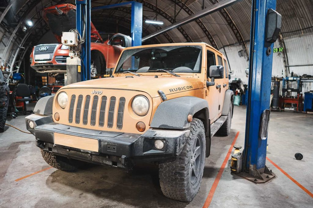 Загоняем Jeep Wrangler на подъемник