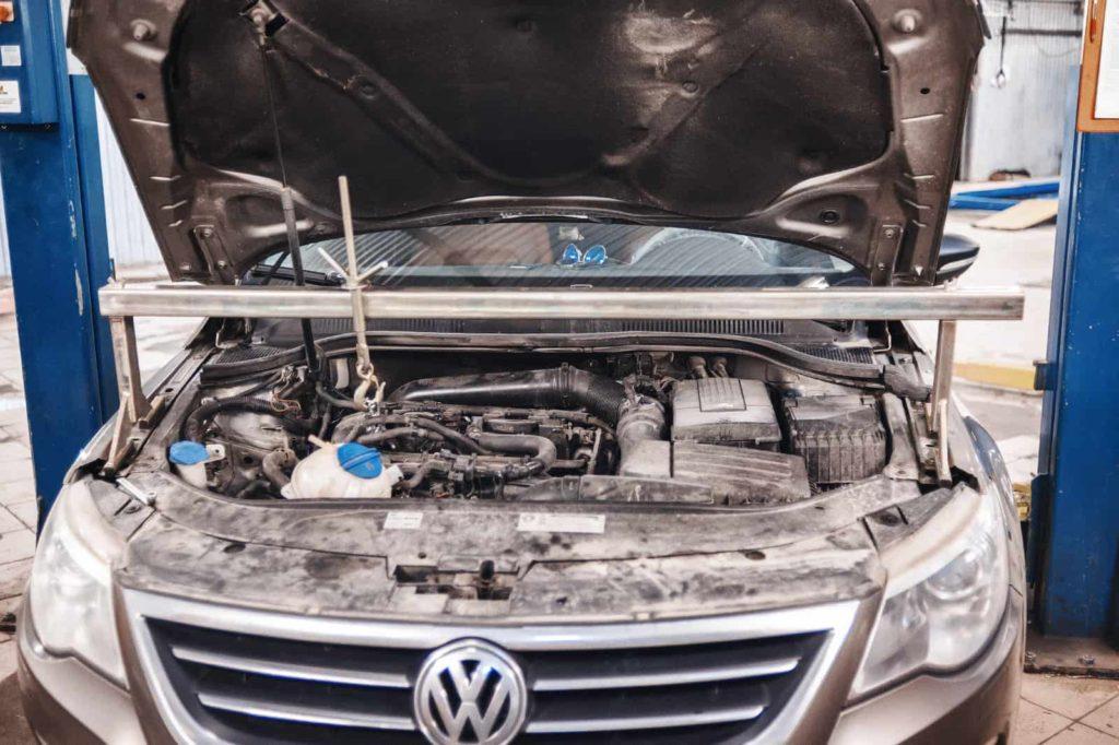 Вывешиваем двигатель для демонтажа правой опоры