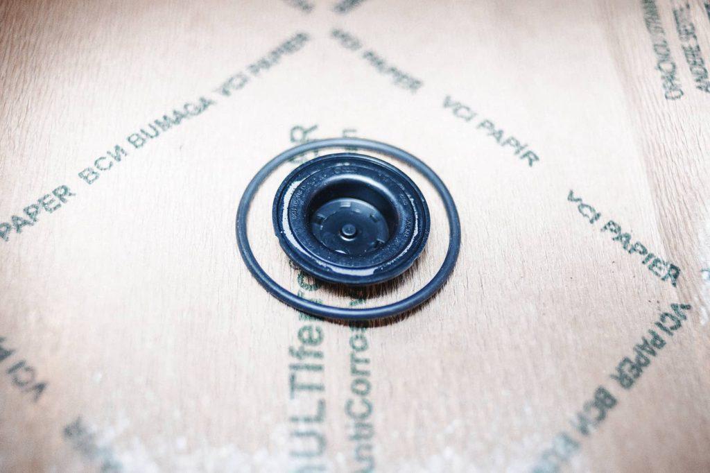 Заглушка нижней крышки цепи ГРМ и прокладка клапана фазорегулятора