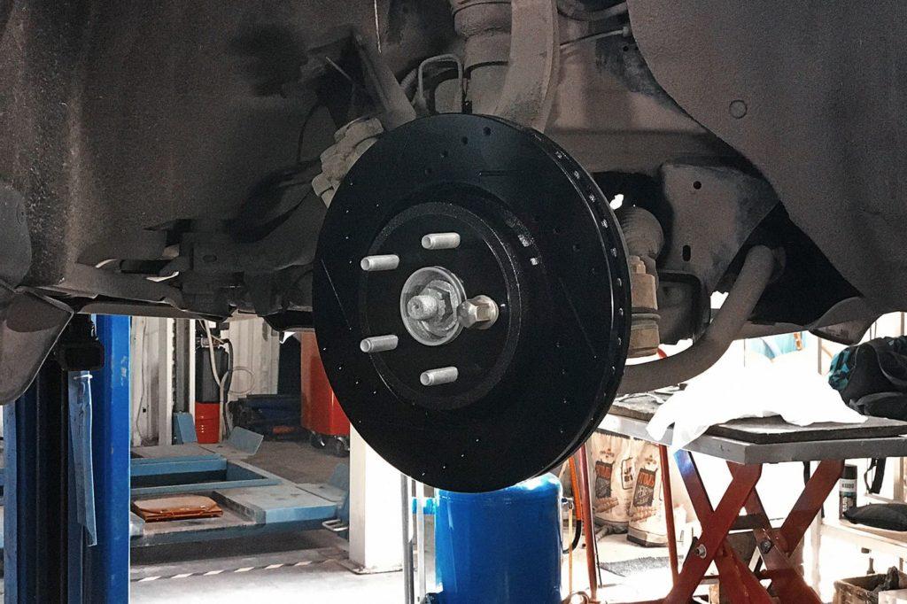 Прикручиваем тормозной диск на одну гайку