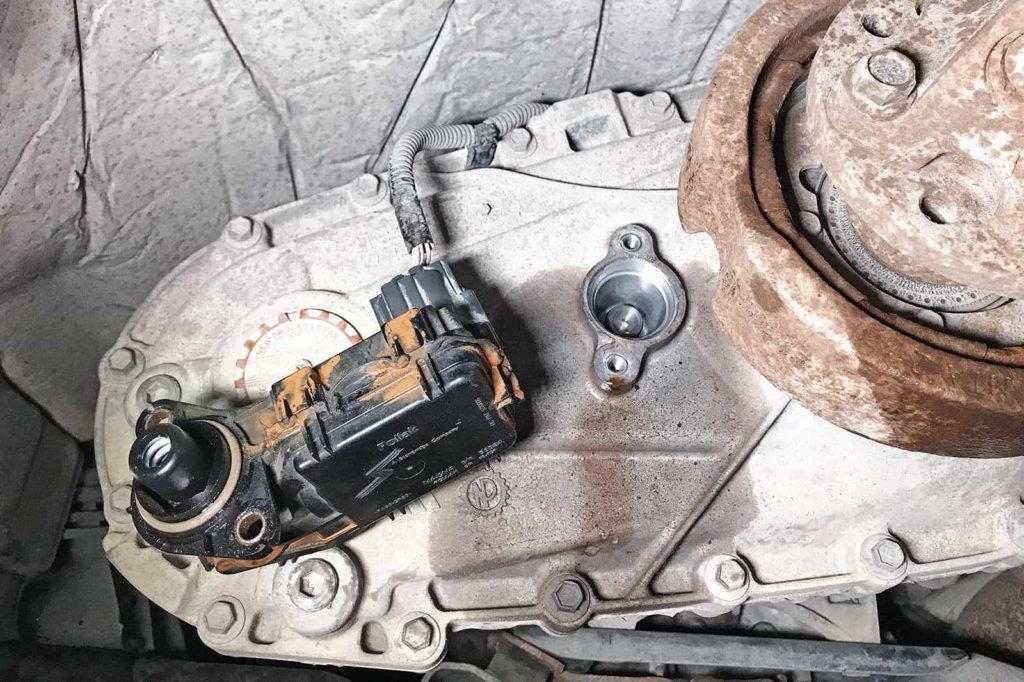 Мотор раздатки крепится сзади на двух болтах