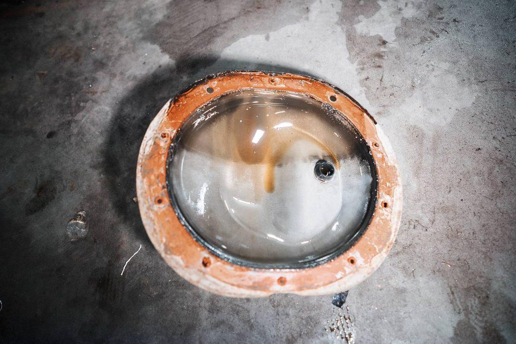 Обезжириваем и обрабатываем химией старый герметик