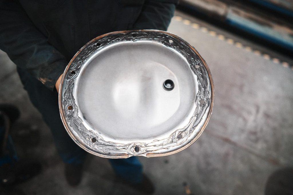 Наносим герметик на крышку заднего редуктора