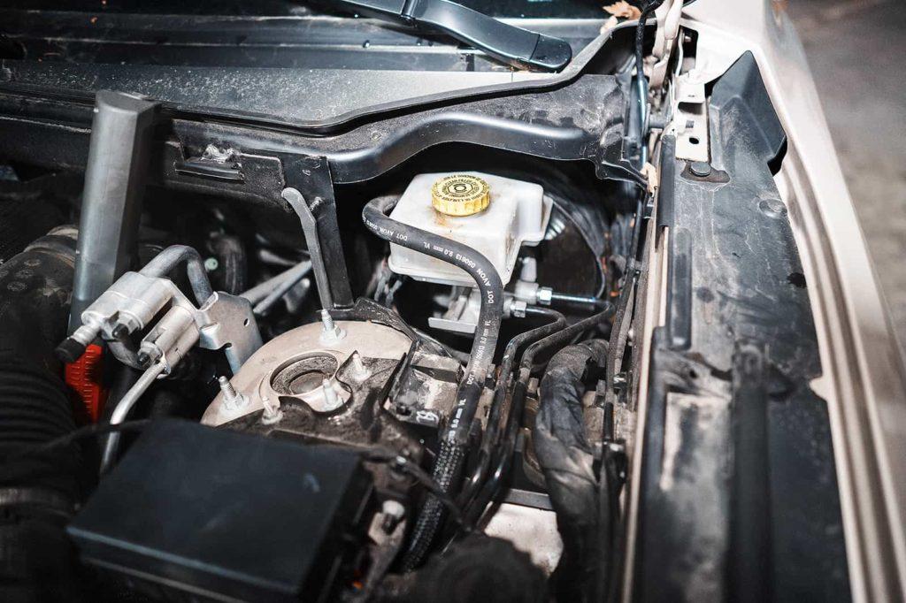 Бачок с тормозной жидкостью находится по водительской стороне