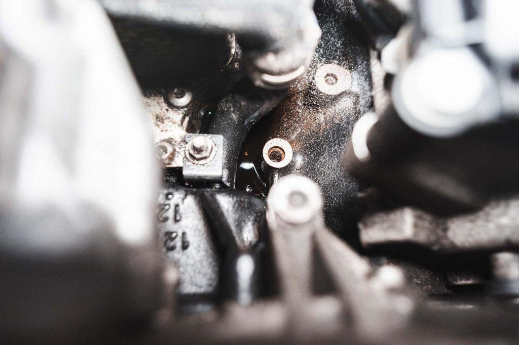 Масла в развале двигателя немало