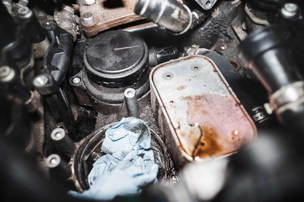 Наступает черёд масляного радиатора и клапана регулировки давления картерных газов