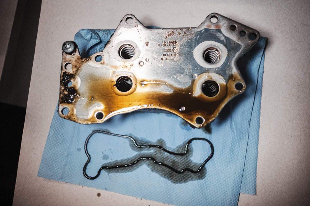 Следом за клапаном регулировки давления снимаем масляный радиатор Ауди А6