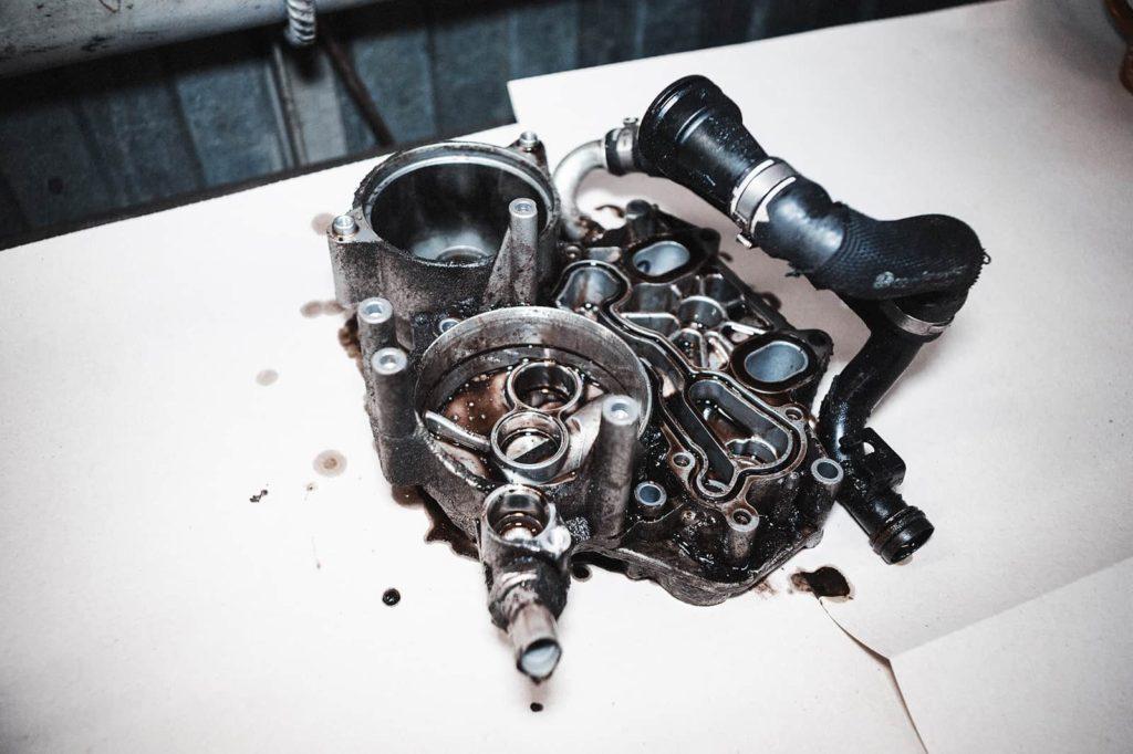 Располагаем монтажную плату двигателя Ауди А6 на столе