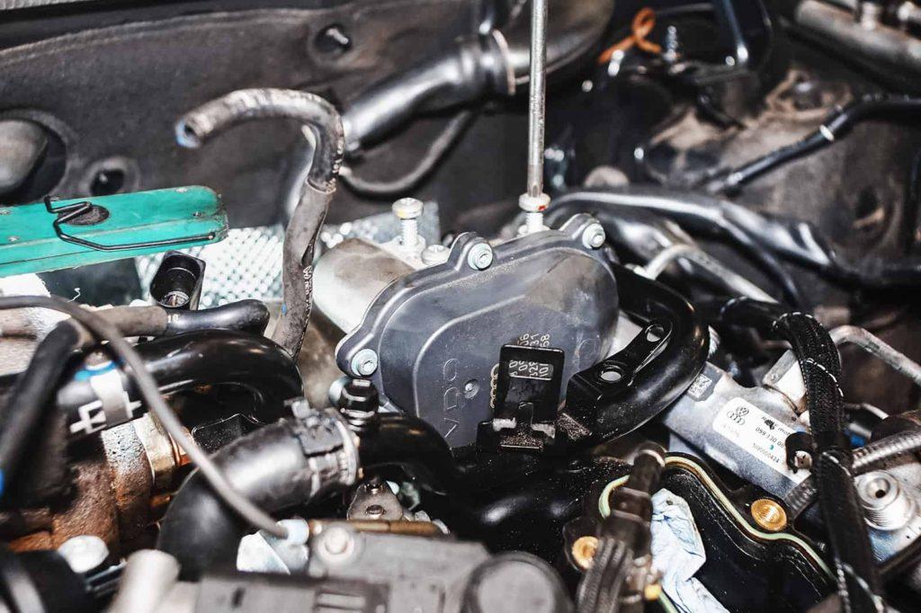 Устанавливаем моторы заслонок впускного коллектора Ауди А6