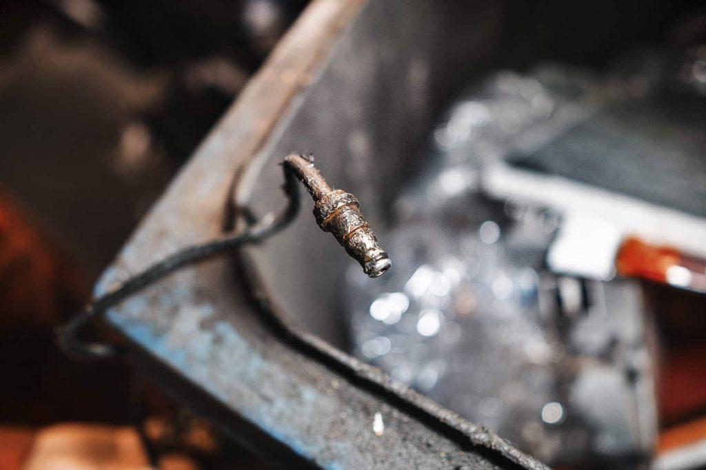 Трубка в месте стыка с прокачным штуцером выжимного подшипника