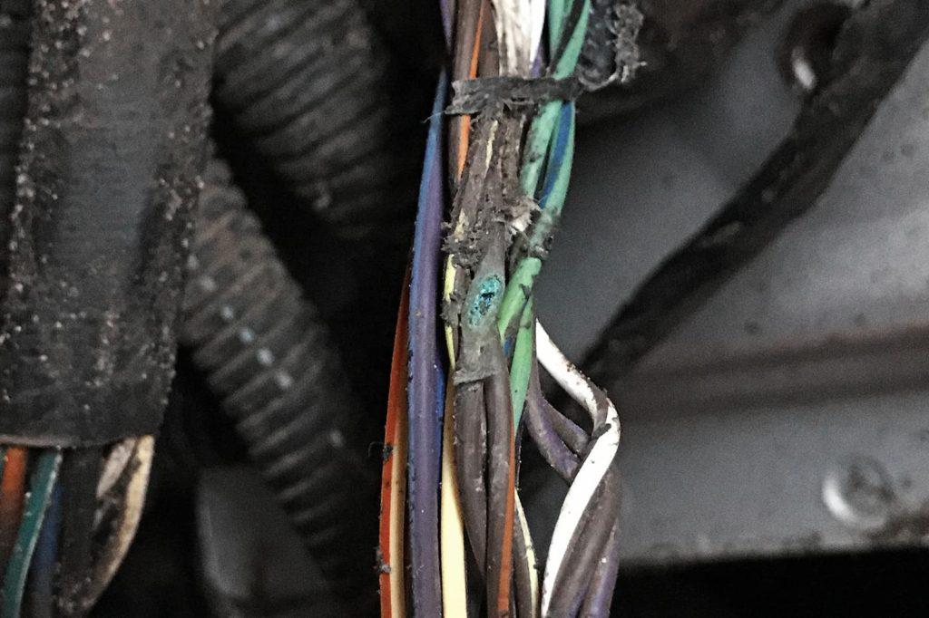 Провода перетираются о подкрылок