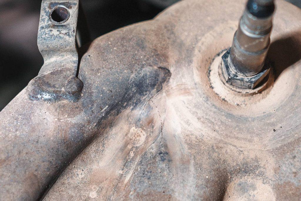 Мелкая трещина – запах в салоне и ошибка P0420