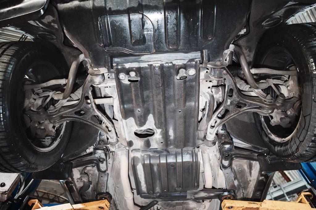 Снимаем защиты двигателя, коробки и раздатки