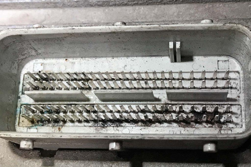Окисление пинов блока управления двигателем Додж Калибр