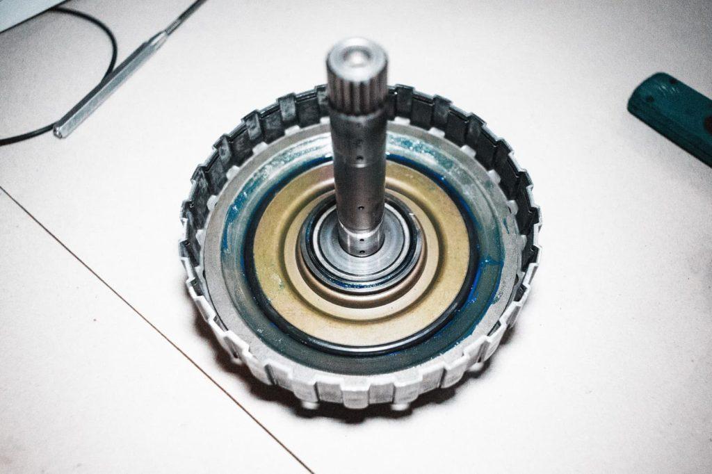 Поршень блокируется сверху стопорным кольцом