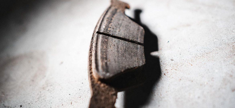 Задние колодки Гранд Чероки продраны каймой тормозного диска