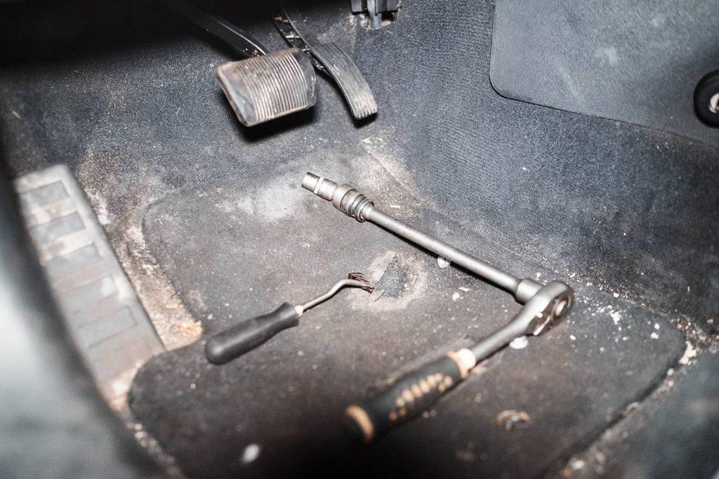 Откручиваем педаль тормоза