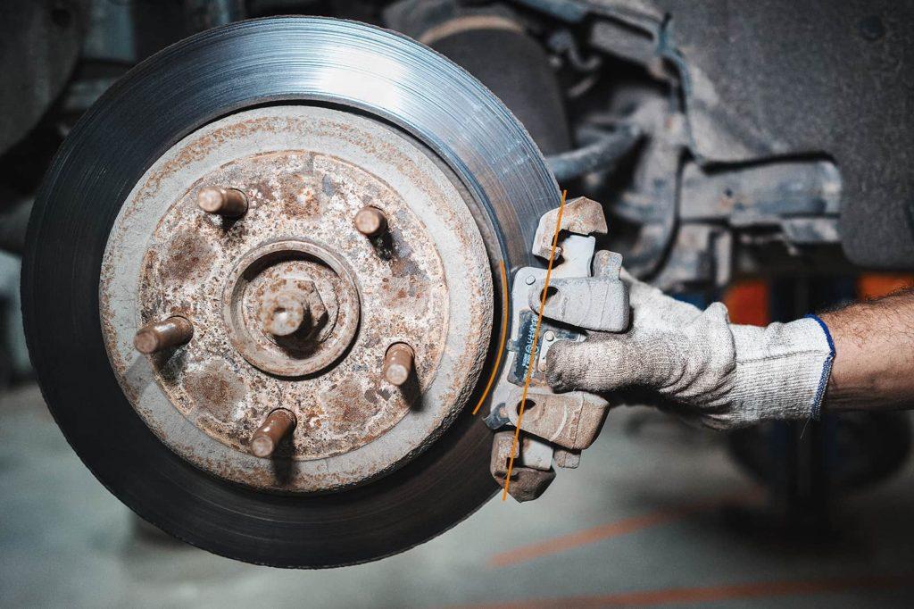 Суппорт выворачивает при нажатии на педаль тормоза