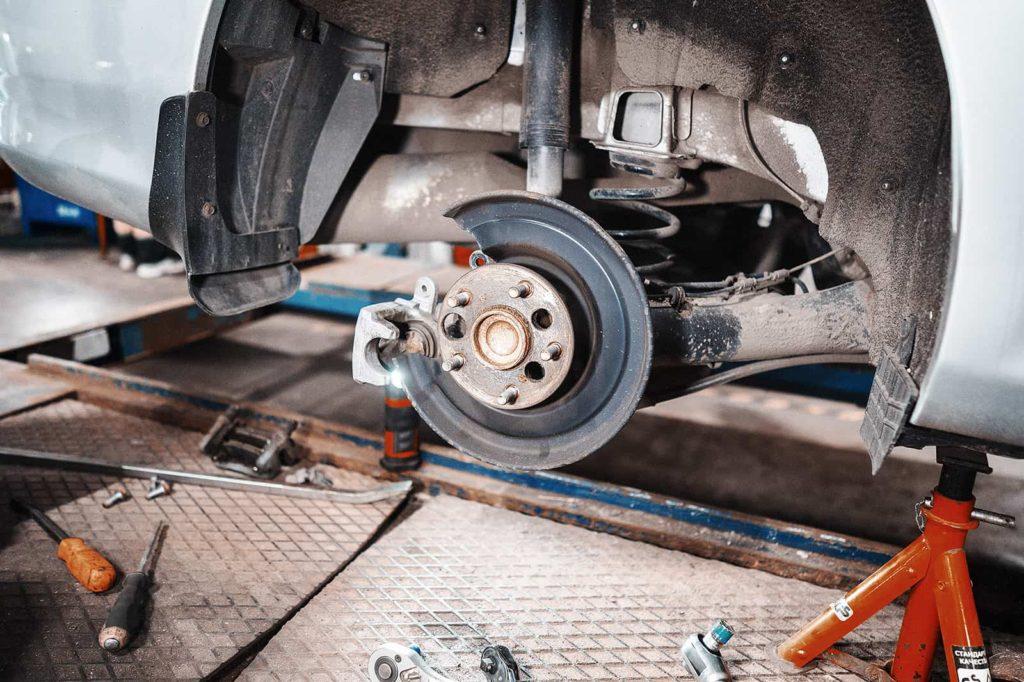 Снимаем колесо и тормозной диск