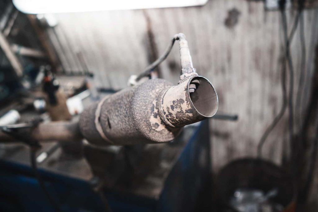Отрезаем старую гофру от приёмной трубы