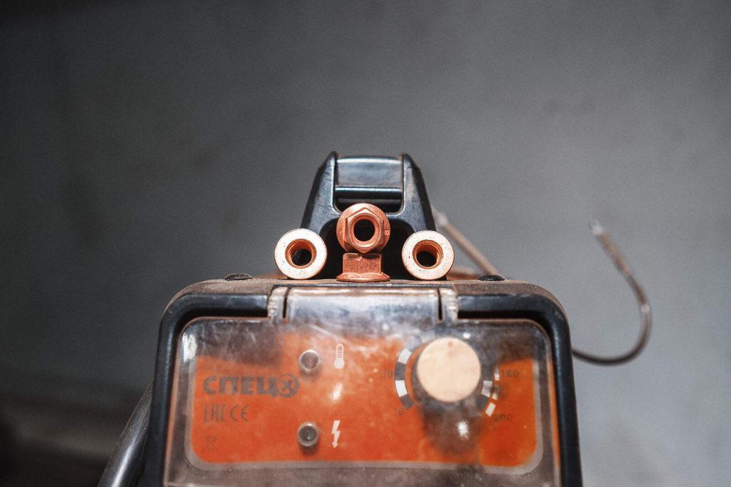 Новые медные гайки для фиксации трубы