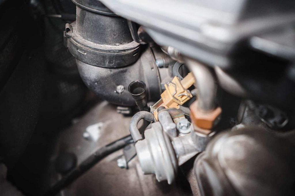 Трубка щупа АКПП находится возле моторного щита