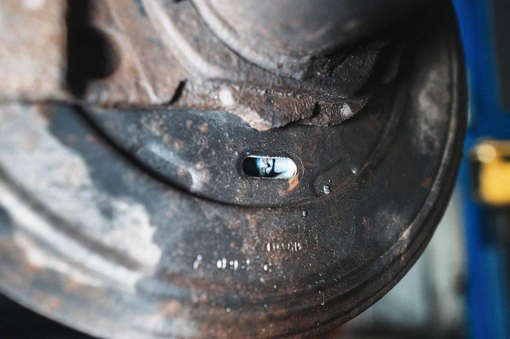 Отверстие для регулировки колодок ручника